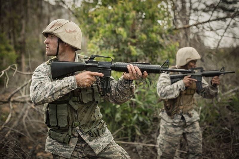 Soldats militaires pendant l'exercice d'entraînement avec l'arme photos stock