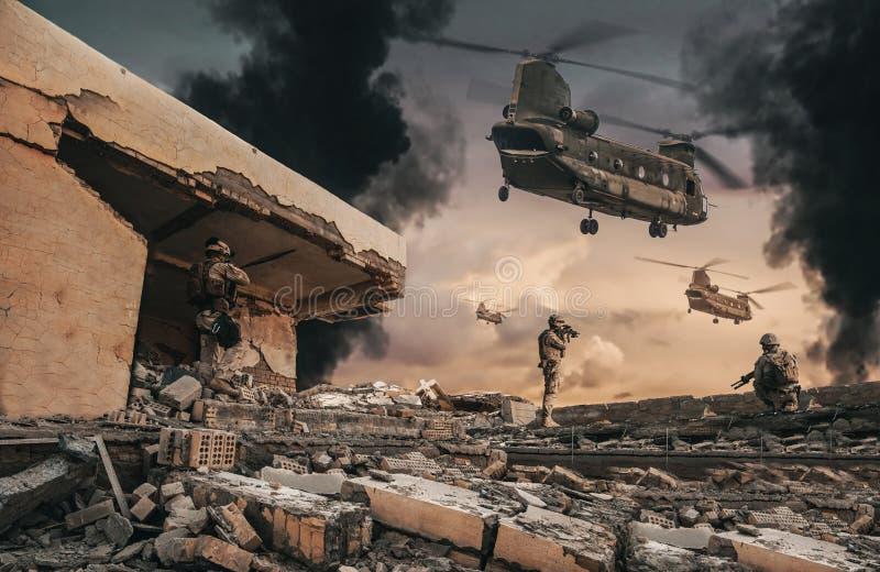 Soldats militaires sur le toit de la maison détruite photographie stock libre de droits