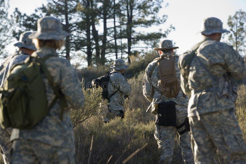 Soldats pendant la formation dans la forêt photographie stock
