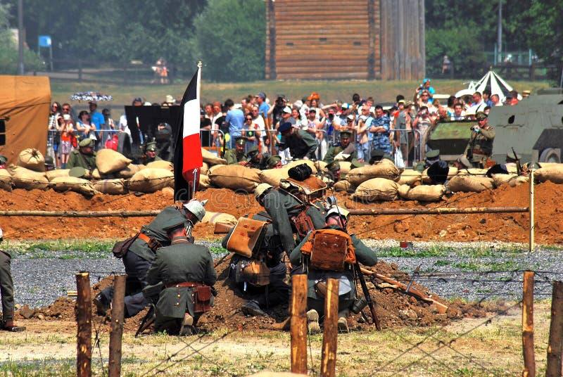 Soldats-reenactors par un drapeau allemand Reconstitution de bataille d'Osovets photo libre de droits