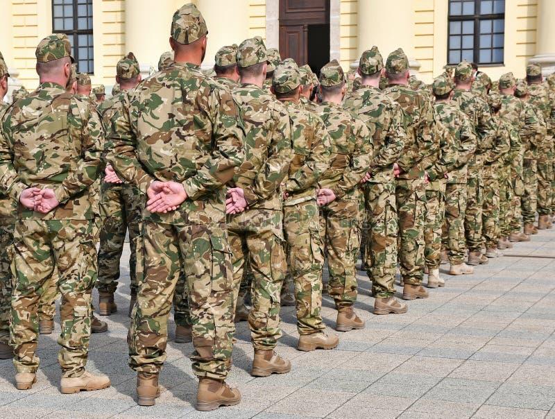 Soldats se tenant dans une rang?e photographie stock