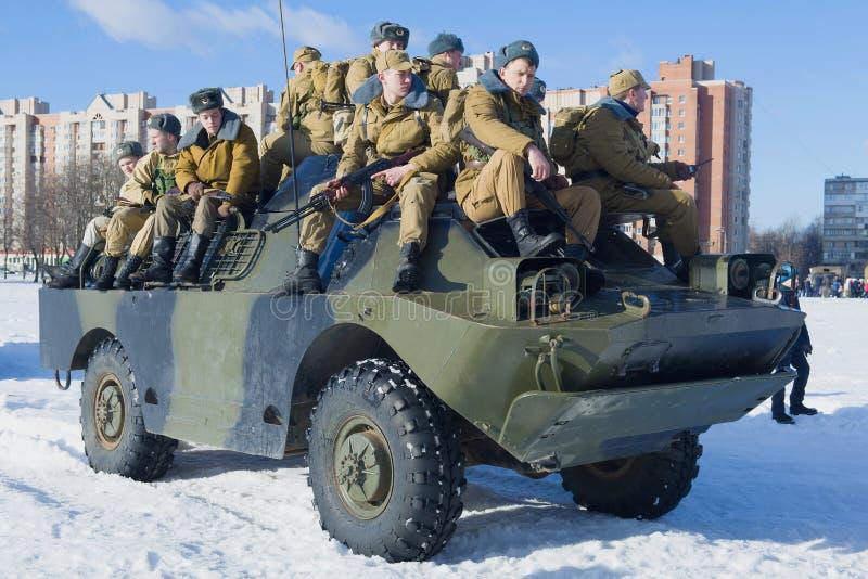Soldats soviétiques sur un véhicule BRDM-2 blindé image libre de droits