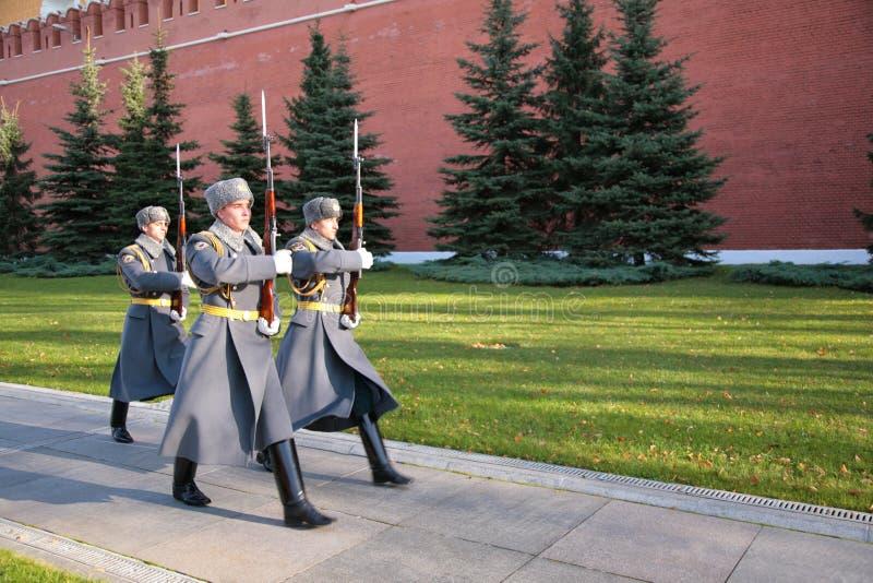 Soldats sur le grand dos rouge sur la marche photographie stock libre de droits