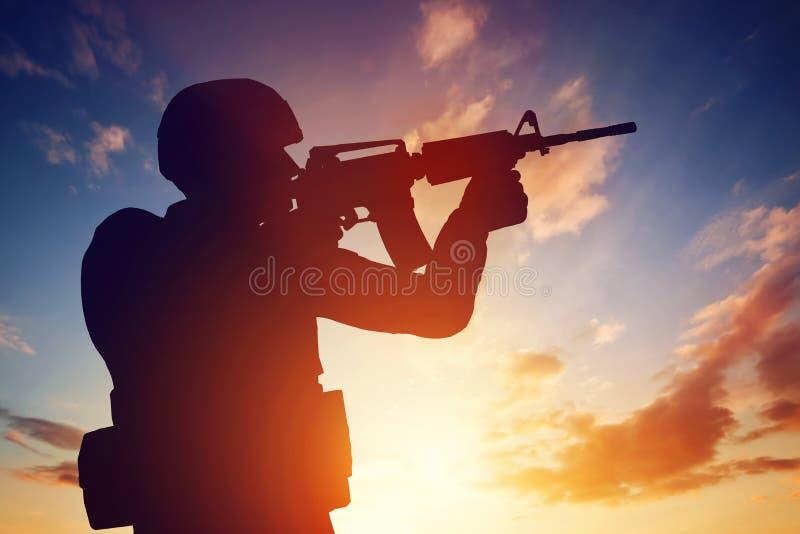 Soldatschießen mit seinem Gewehr bei Sonnenuntergang Krieg, Armee, Militär lizenzfreie abbildung