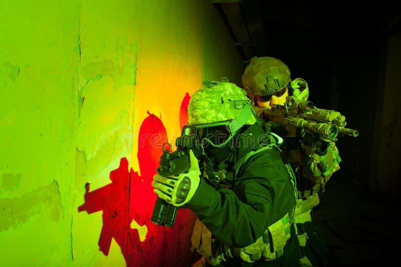 Soldatteam der besonderen Kräfte während des Nachtauftrags lizenzfreie stockfotografie