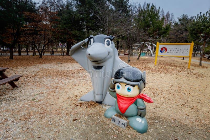 Soldatteckenskulptur i Seoul den nationella kyrkogården royaltyfria foton