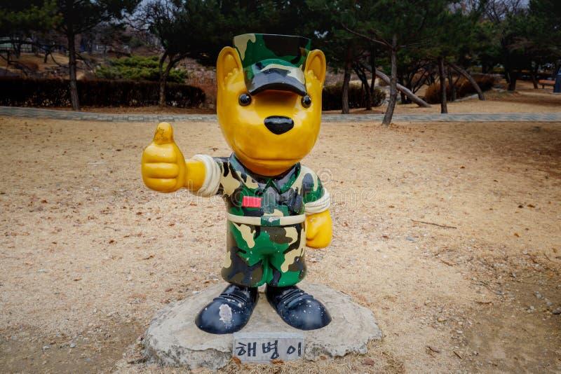 Soldatteckenskulptur i Seoul den nationella kyrkogården royaltyfri fotografi