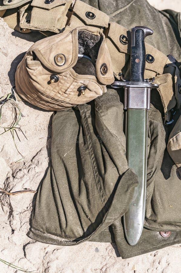 Soldatutrustning liksom en kniv och en flaska royaltyfri foto
