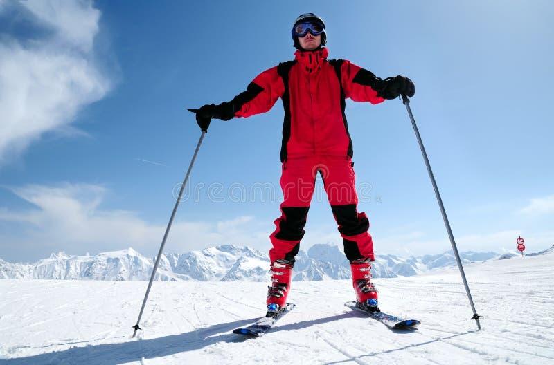 Solden滑雪胜地的男性滑雪者 免版税图库摄影