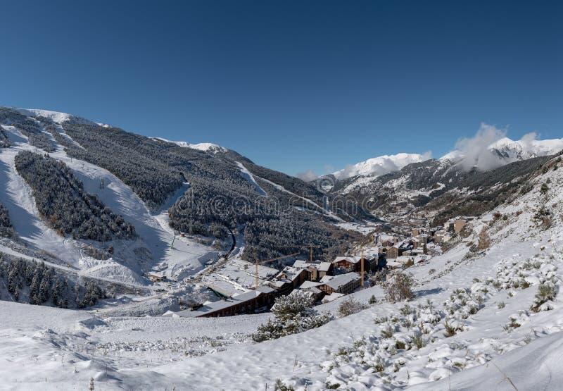 Soldeu,卡尼略,安道尔在它的季节的第一降雪的一个秋天早晨 您能看到几乎完成了t的工作 免版税图库摄影