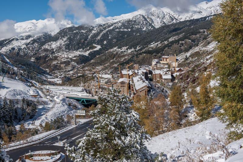 Soldeu,卡尼略,安道尔在它的季节的第一降雪的一个秋天早晨 您能看到几乎完成了t的工作 免版税库存照片