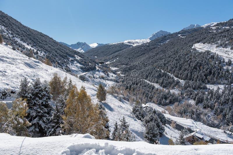 Soldeu,卡尼略,安道尔在它的季节的第一降雪的一个秋天早晨 您能看到几乎完成了t的工作 免版税库存图片