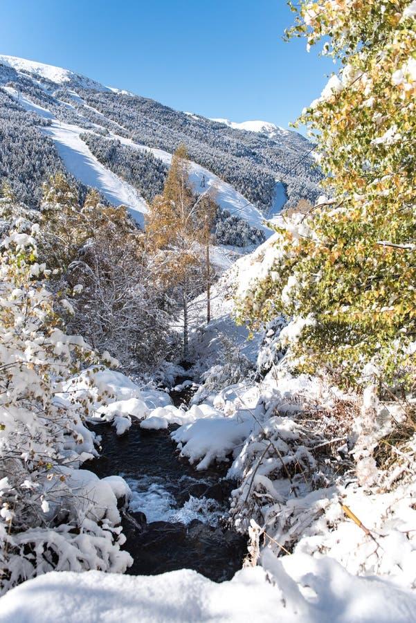 Soldeu,卡尼略,安道尔在它的季节的第一降雪的一个秋天早晨 免版税库存图片