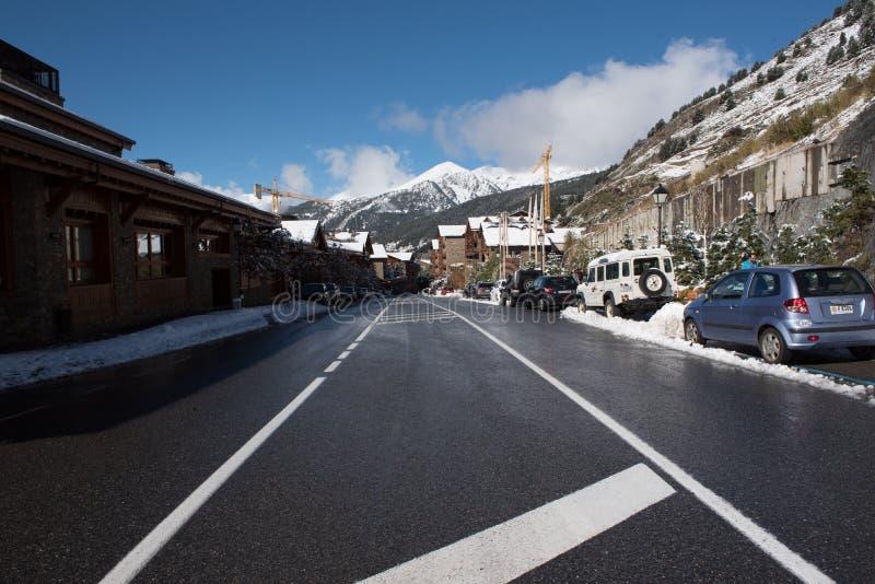 Soldeu,卡尼略,安道尔 2018年11月1日:有雪的街道在Soldeu,卡尼略,安道尔 库存图片