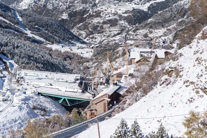 Soldeu, Canillo, Andorra na jesień ranku w swój pierwszy opad śniegu sezon Ty możesz widzieć prawie uzupełniałeś pracy t zdjęcie stock