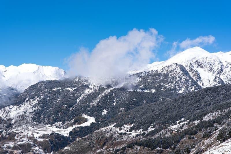 Soldeu, Canillo, Andorra na jesień ranku w swój pierwszy opad śniegu sezon Ty możesz widzieć prawie uzupełniałeś pracy t fotografia royalty free