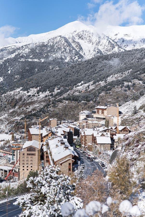 Soldeu, Canillo, Andorra na jesień ranku w swój pierwszy opad śniegu sezon Ty możesz widzieć prawie uzupełniałeś pracy t zdjęcia royalty free