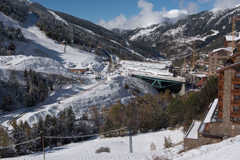 Soldeu, Canillo, Andorra op een de herfstochtend in zijn eerste sneeuwval van het seizoen U kunt zien bijna voltooid de werkzaamh stock foto