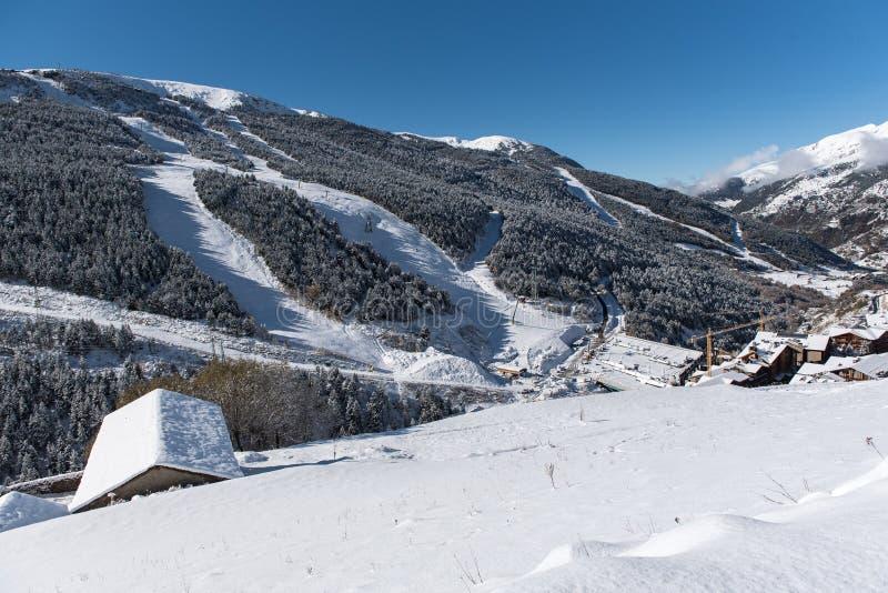 Soldeu, Canillo, Andorra op een de herfstochtend in zijn eerste sneeuwval van het seizoen U kunt zien bijna voltooid de werkzaamh stock afbeelding