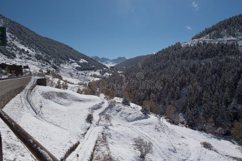 Soldeu Canillo, Andorra på en höstmorgon i dess första snöfall av säsongen Du kan se avslutade nästan arbetena av ten royaltyfri foto