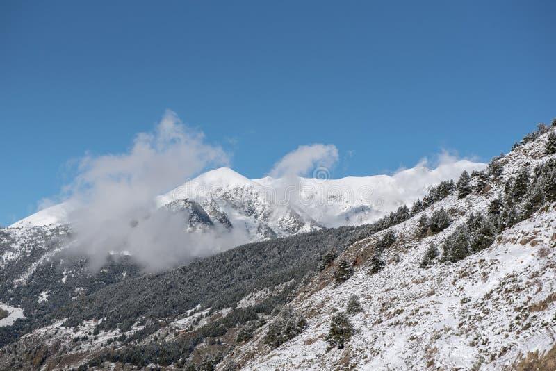 Soldeu, Canillo, Andorra su una mattina di autunno in sue prime precipitazioni nevose della stagione immagini stock libere da diritti