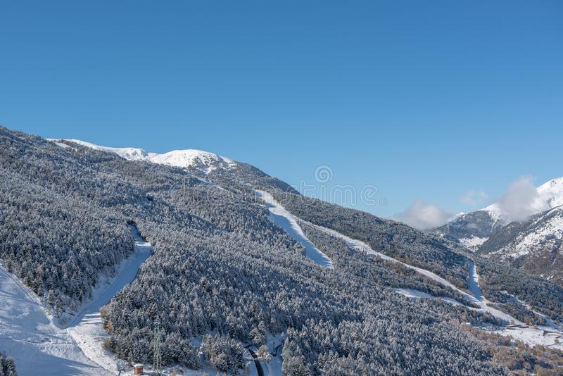 Soldeu, Canillo, Andorra su una mattina di autunno in sue prime precipitazioni nevose della stagione Potete vedere quasi avete ul fotografie stock
