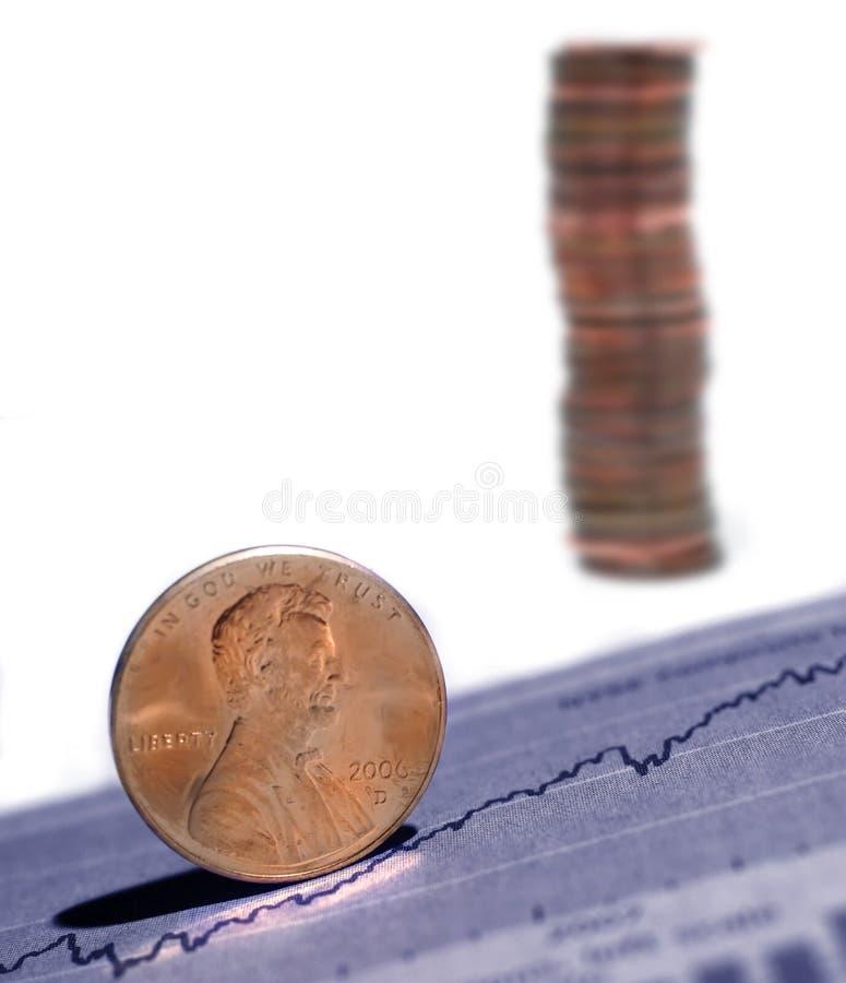 Soldi crescenti con i diagrammi e le monete immagini stock libere da diritti