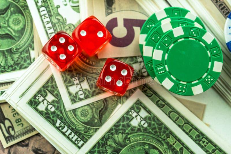 Soldi dei dadi e chip rossi di gioco dei soldi immagine stock