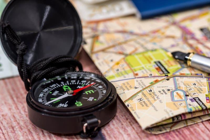 soldi della mappa, della bussola, del passaporto e dell'euro immagine stock libera da diritti