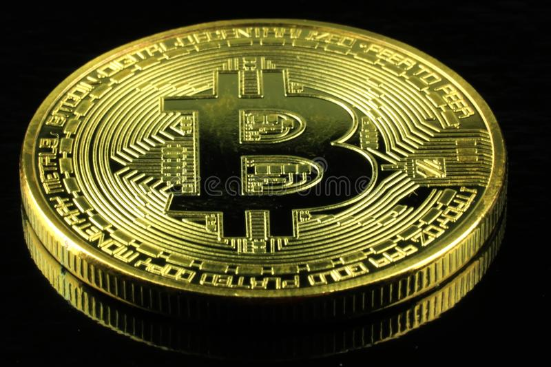 Soldi di cryptocurrency di Bitcoins dell'oro su un fondo nero fotografia stock