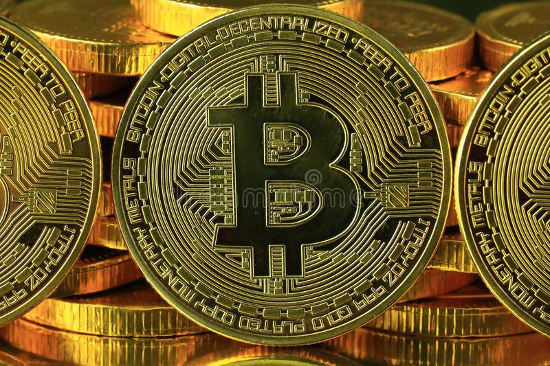 Soldi di cryptocurrency di Bitcoins su un fondo nero immagini stock