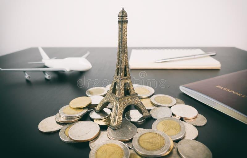 Soldi di risparmio da viaggiare alla vacanza di Parigi fotografia stock