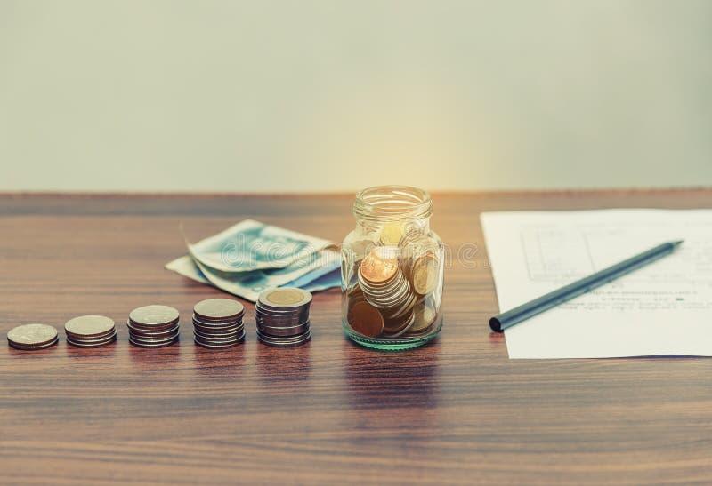 Soldi di risparmio ed attività bancarie di conto per il concetto di affari di finanza immagini stock