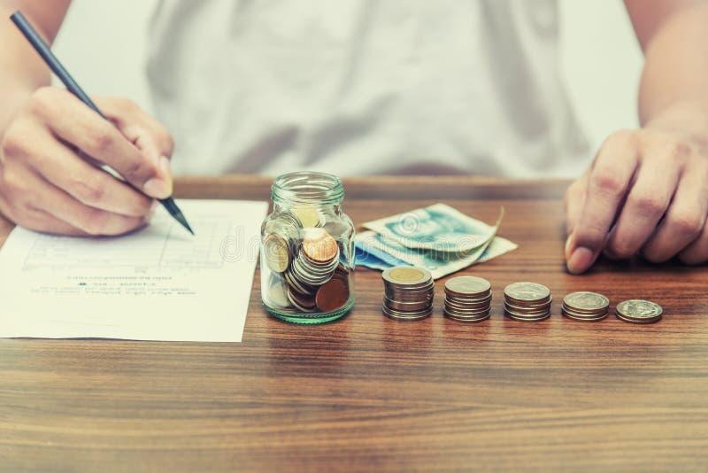 Soldi di risparmio ed attività bancarie di conto per il concetto di finanza fotografia stock libera da diritti