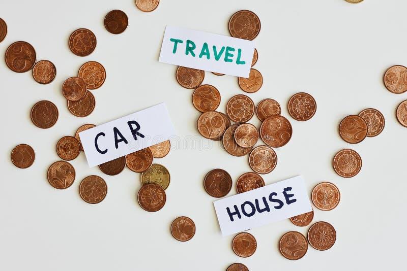 Soldi di risparmio per il migliore concetto di vita Le monete ed i segni viaggiano, automobile, casa fotografia stock