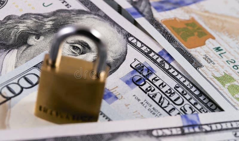 Soldi, dollari e serratura di protezione fotografie stock libere da diritti