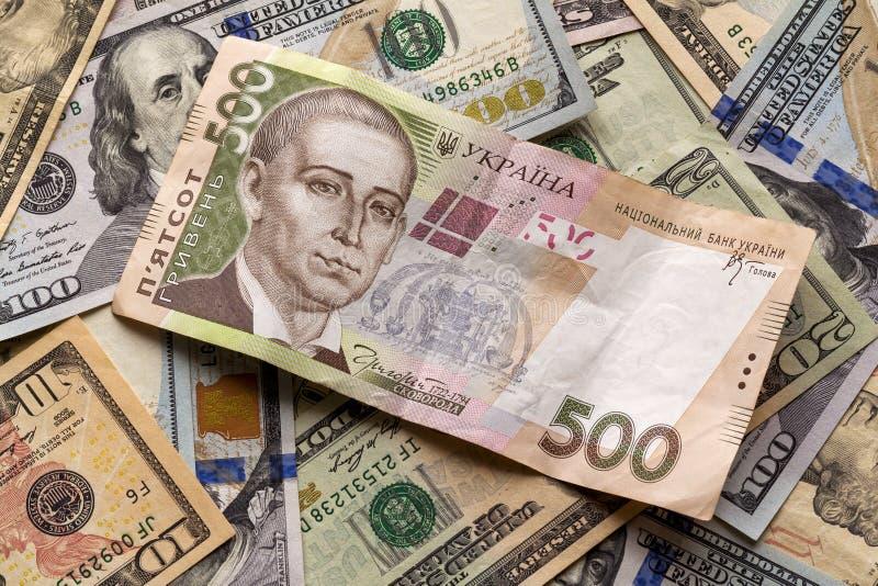 Soldi e concetto di finanze Fattura ucraina di valuta nazionale degno il grivna cinquecento su fondo astratto variopinto dell'ame fotografia stock libera da diritti