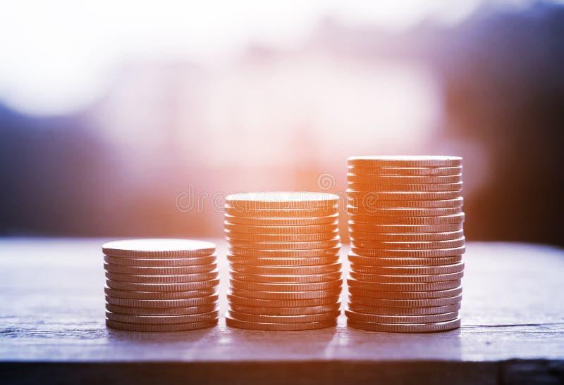 Soldi ed attività bancarie di risparmio per il concetto di finanza immagini stock libere da diritti