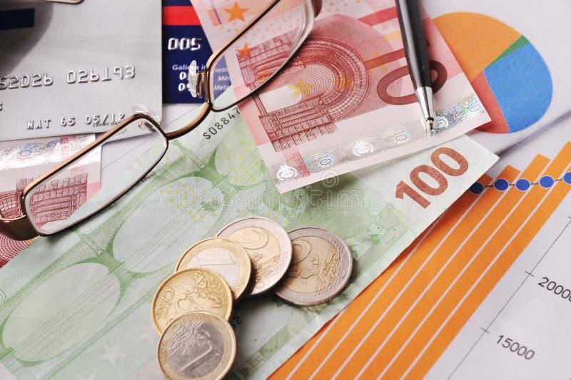 Soldi, grafici finanziari e l'altra materia fotografie stock
