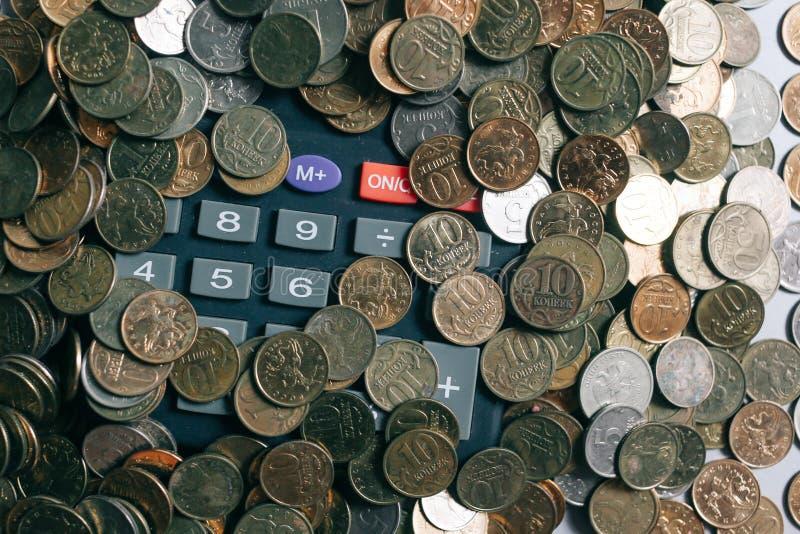 Soldi, monete e banconote russi, calcolatore sui precedenti grigi fotografie stock libere da diritti