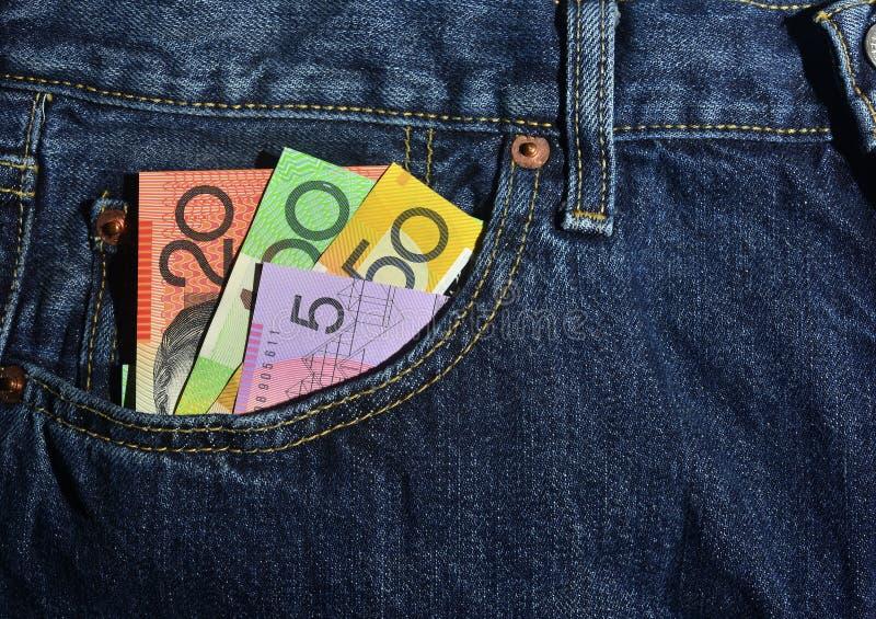 Soldi nella casella di nuovi jeans immagine stock