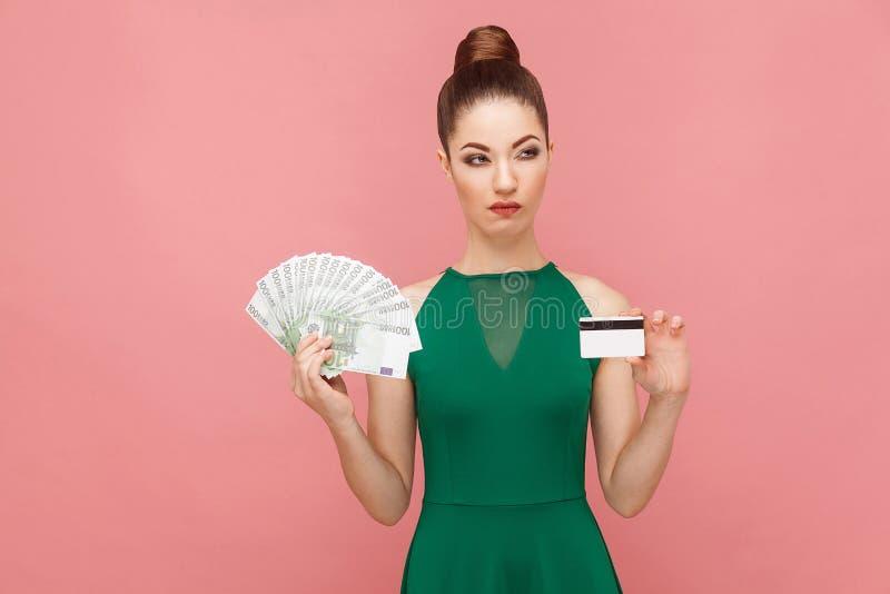 Soldi o online reali, carta di credito? Choise duro immagini stock libere da diritti