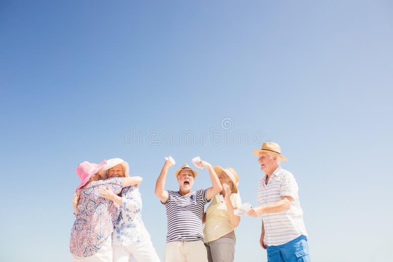 Soldi senior felici della tenuta fotografia stock libera da diritti