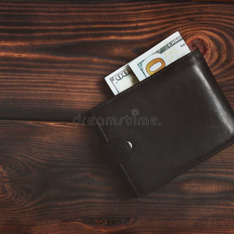 Soldi in vostro portafoglio Dollari su un fondo di legno fotografia stock