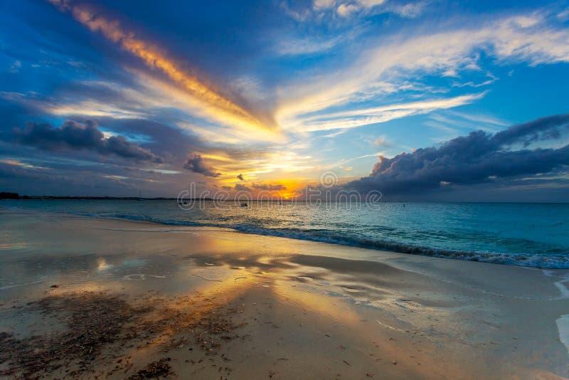 Soldopp nedanför horisont på Grace Bay Beach royaltyfria foton