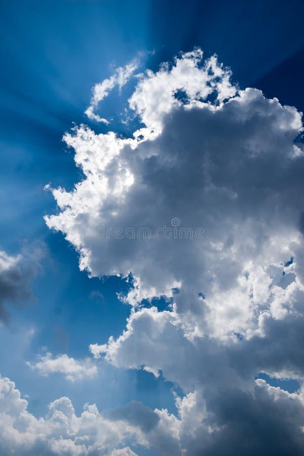 Sole attraverso le nubi immagine stock libera da diritti