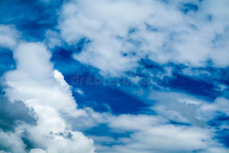 sole bianco della nuvola del mucchio della sfuocatura in nuvola molle del cielo blu di estate immagine stock