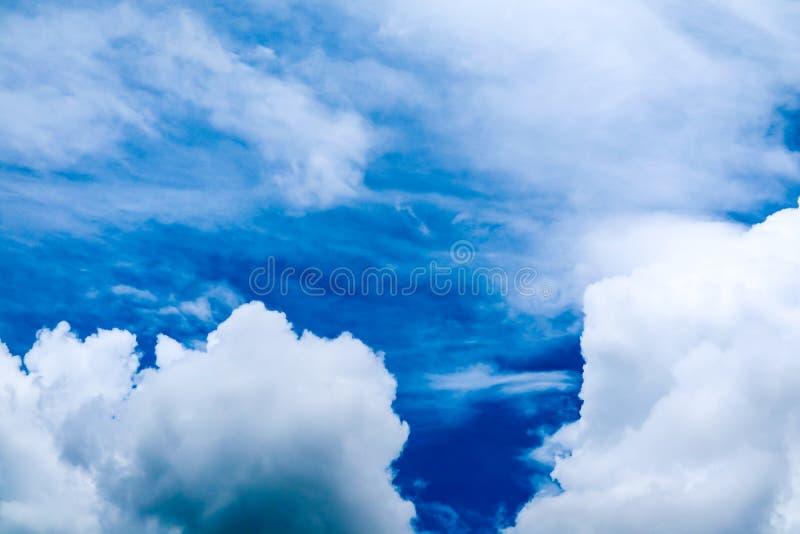 sole bianco della nuvola del mucchio della sfuocatura in nuvola molle del cielo blu di estate immagini stock