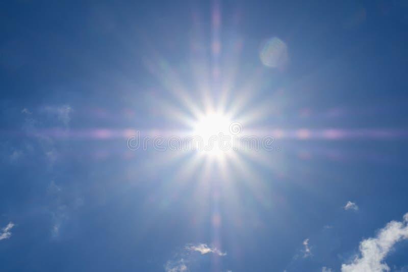 Sole brillante a chiaro cielo blu con lo spazio della copia, fondo soleggiato luminoso di estate di luce solare immagine stock