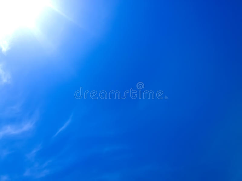 Sole brillante nel cielo fotografie stock